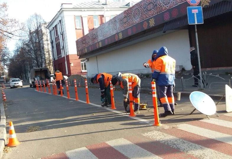 На вулиці Болбочана у Києві встановили антипаркувальні стовпчики
